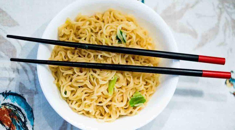 китайская жареная лапша со свининой и овощами