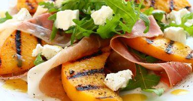 Салат с ростбифом и персиками гриль с горчично-медовой заправкой