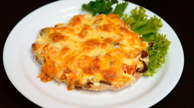Свинина запеченная с грибами и картофелем под сыром