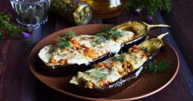 Баклажан запеченный с креветками и сыром